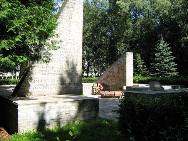 Монумент Славы - открыт 3 ноября 1964года. Авторы ансамбля: архитекторы Е.М. Раппопорт, П.И.Юшканцев и скульптор А.Н. Черницкий