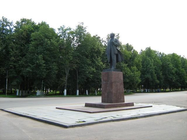 Памятник В.И. Ленину. Подарок жителям города от скульптора Николая Васильевича Томского. Памятник установлен 22 ноября 1984 г.