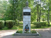Памятник лётчику Фрунзе Т.М. Совершил 9  боевых вылетов на прикрытие войск в районе Старой Руссы. Погиб 19 января 1942 г.